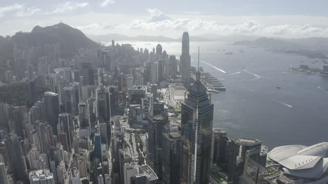 beschreibung ungraded 10 bit dlog-m aerial footage of the hong kong city skyline - central plaza hong kong stock-videos und b-roll-filmmaterial