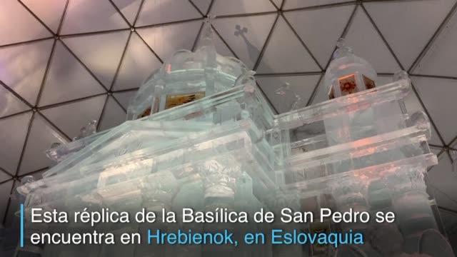 vídeos de stock e filmes b-roll de desde 2013 un grupo de escultores se reune en las montanas de eslovaquia para construir una replica de hielo de una iglesia famosa - hielo