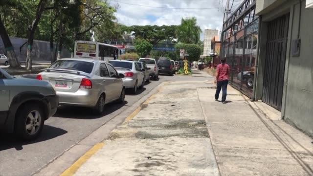 desde el lunes varios estados del oeste y sur de venezuela pusieron en marcha un racionamiento para la venta de gasolina como paliativo ante el... - gasolina stock videos & royalty-free footage