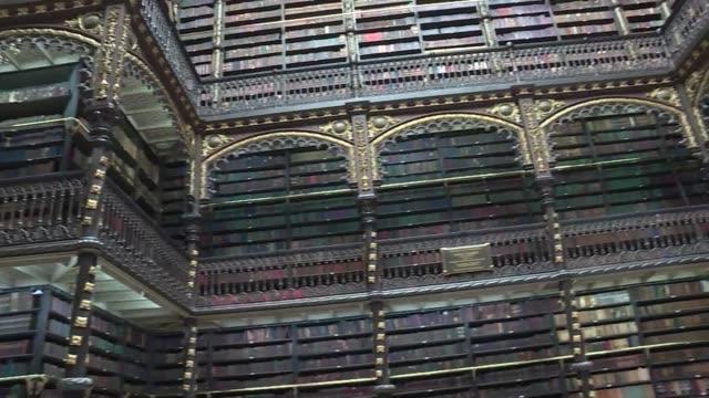desde fuera parece otro edificio historico clasico del centro de rio de janeiro - biblioteca stock videos and b-roll footage