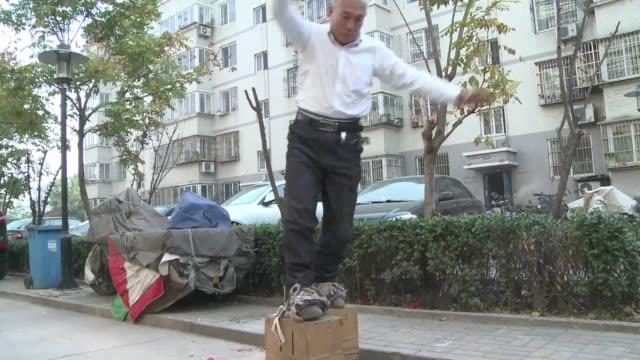 Desde hace siete anos Zhang camina 15 metros sobre estos zapatos de acero gigantes VOICED Zapatos de 200 kg terapeuticos on December 21 2013 in...