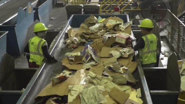 vídeos y material grabado en eventos de stock de desde hace unos meses plantas de reciclaje de estados unidos tienen un problema tienen que pagar para deshacerse del papel y del plastico en lugar de... - ee.uu