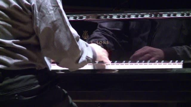 desde hacia 300 anos nadie habia innovado el arte del piano segun el ucraniano lubomyr melnyk quien reclama ser el pianista mas rapido del mundo... - tocar stock videos & royalty-free footage