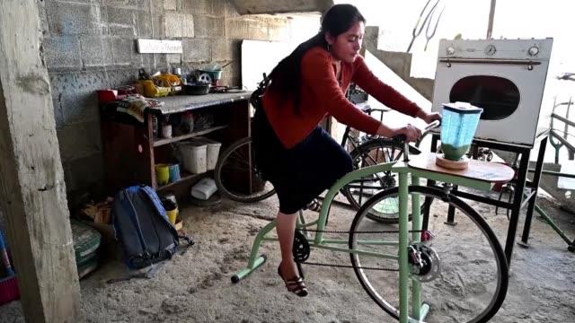 desde la extraccion de agua de un pozo hasta el desgrano de maiz las bicimaquinas creadas por indígenas guatemaltecos ayudan a proteger el ambiente y... - planeta stock videos & royalty-free footage