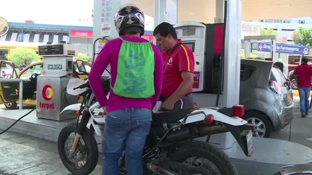 desde que venezuela cerro un tramo de su frontera con colombia los colombianos ya no pueden llenar los tanques de sus autos con la gasolina barata... - gasolina stock videos & royalty-free footage