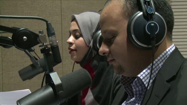 desde su exilio en estambul estos periodistas sirios buscan seguir transmitiendo noticias de forma independiente para quienes los escuchan... - guerra civil stock videos and b-roll footage