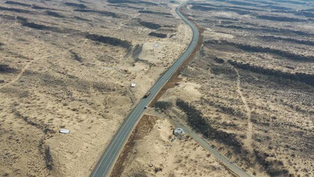 desert and road / xinjiang uyghur autonomous region, china - 新疆ウイグル自治区点の映像素材/bロール