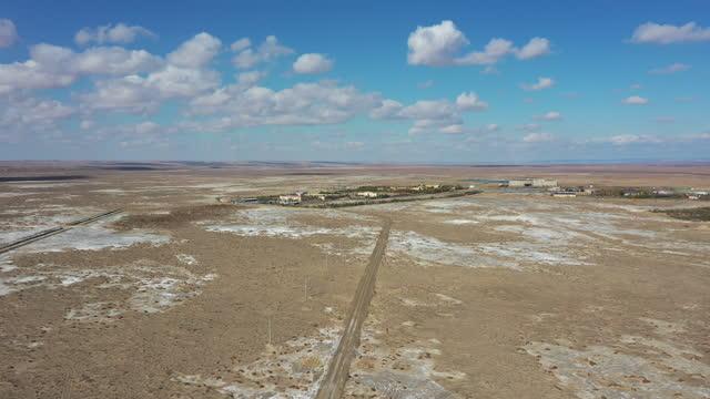desert and village and road / xinjiang uyghur autonomous region, china - 新疆ウイグル自治区点の映像素材/bロール