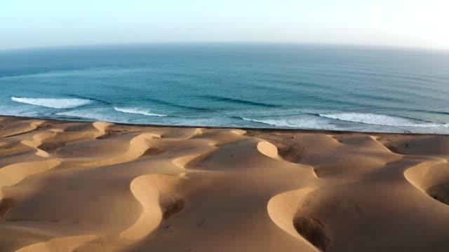 wüste küste von gran canaria. luftaufnahme - sanddüne stock-videos und b-roll-filmmaterial