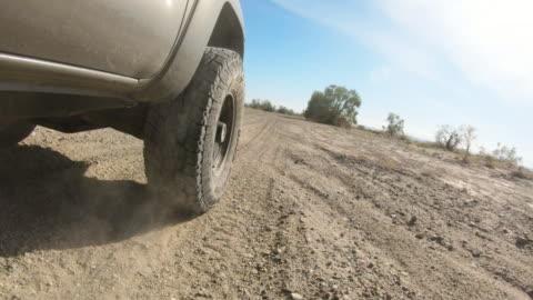 vídeos y material grabado en eventos de stock de conducción en el desierto - carretera de tierra
