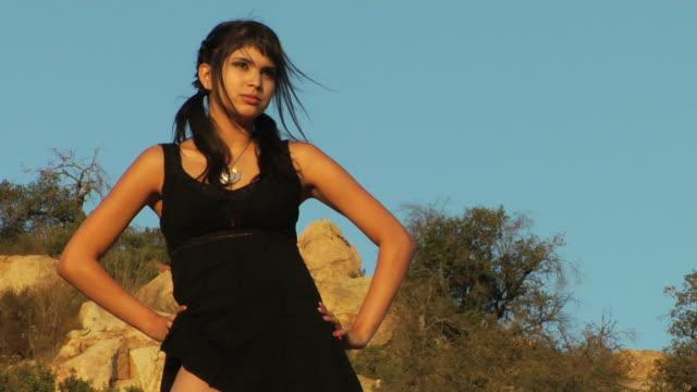 砂漠の女の子ブラックドレスのズーム - 腰に手を当てる点の映像素材/bロール