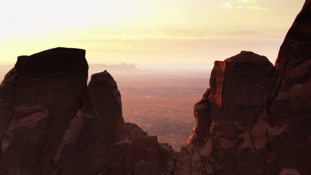 wüste dunst im monument valley - drohne schuss - arizona stock-videos und b-roll-filmmaterial
