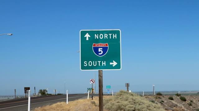 vídeos y material grabado en eventos de stock de desert highway en dirección a señal de alta definición - señal de salida señal de dirección