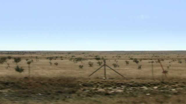 砂漠 highway セージブラッシュ車の窓 - セージブラッシュ点の映像素材/bロール