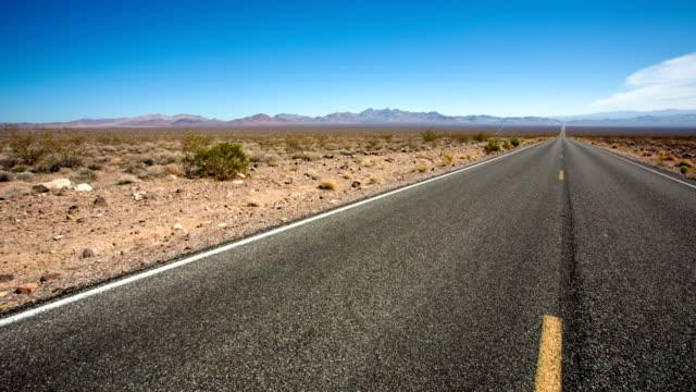 砂漠の highway - distant点の映像素材/bロール