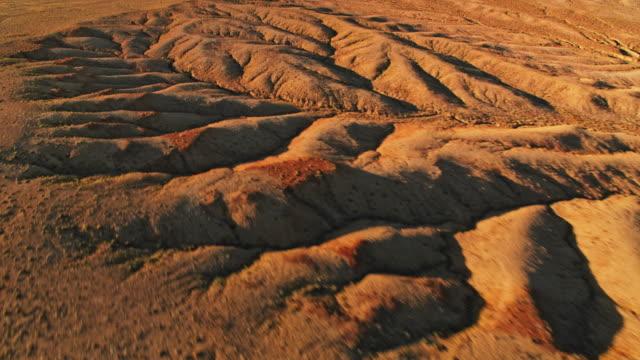 vídeos de stock e filmes b-roll de aerial desert landscape of the west of usa - monument valley