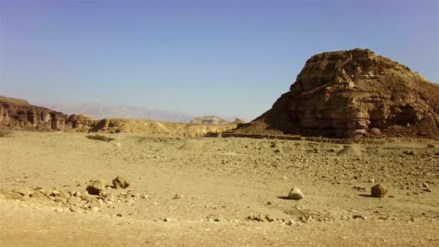 vidéos et rushes de paysages du désert - indication de direction