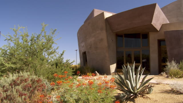 vidéos et rushes de ws pan desert landscaped garden to front entrance of palm desert henderson community center / palm desert, california, usa  - centre culturel