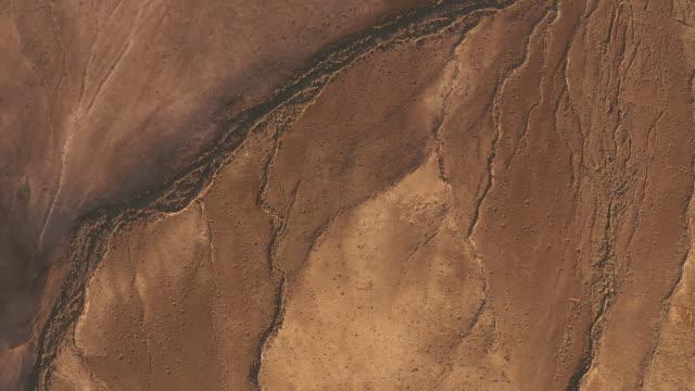 vídeos de stock, filmes e b-roll de montanhas do deserto. vista aérea - árvore tropical