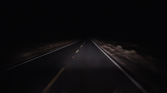 vídeos de stock e filmes b-roll de desert road at night - marca de estrada