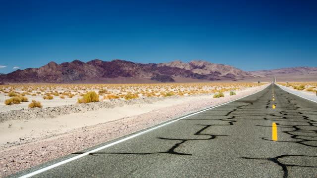 desert road - death valley nationalpark stock-videos und b-roll-filmmaterial