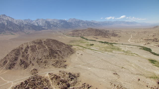 ws aerial pov desert roads and trails winding through foothills toward sierra nevada / california, united states - 未舗装点の映像素材/bロール