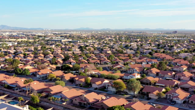 vídeos de stock e filmes b-roll de desert southwest real estate from above phoenix area - distrito residencial