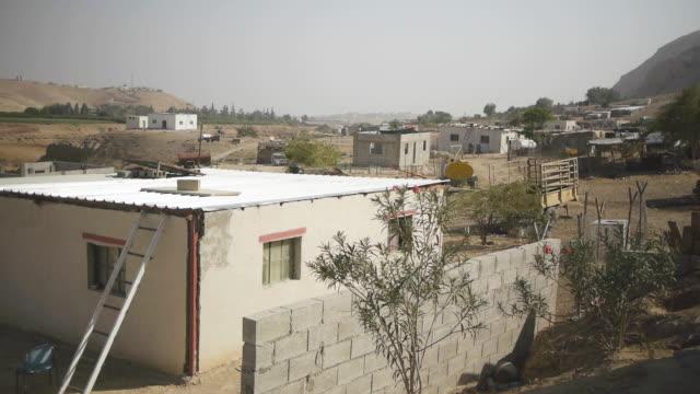 stockvideo's en b-roll-footage met het huis van het dorp van de woestijn - israël