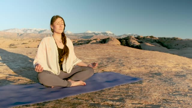 desert yoga - moab utah stock-videos und b-roll-filmmaterial