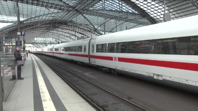 vídeos de stock, filmes e b-roll de deserted berlin hauptbahnhof the main railway station in berlin and cancelled train services on the information boards are displayed as german train... - sinal informativo