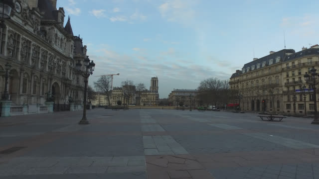 deserted city hall square in paris. president macron announced on monday march 16 that the fight against coronavirus requires national mobilization.... - frånvaro bildbanksvideor och videomaterial från bakom kulisserna