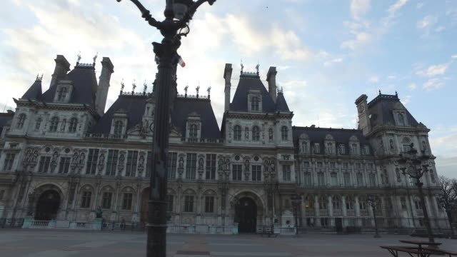 deserted city hall square in paris president macron announced on monday march 16 that the fight against coronavirus requires national mobilization... - abwesenheit stock-videos und b-roll-filmmaterial