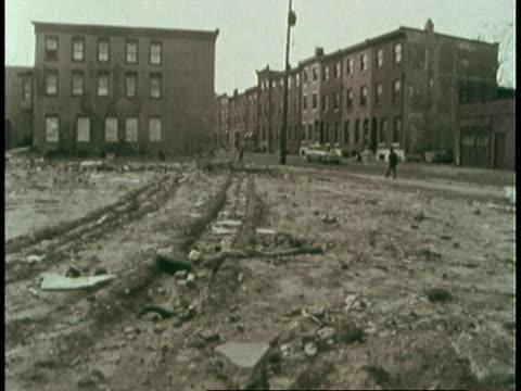 vídeos de stock, filmes e b-roll de deserted lot / black boys playing on messy street - gueto