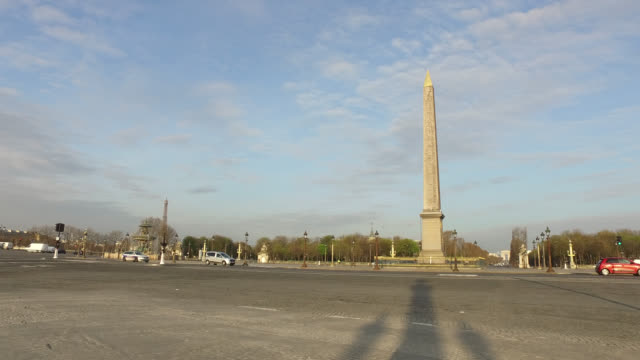 vídeos y material grabado en eventos de stock de deserted place de la concorde in paris president macron announced on monday march 16 that the fight against coronavirus requires national... - obelisk