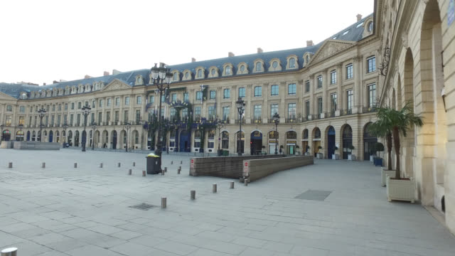 deserted place vendôme in paris. president macron announced on monday march 16 that the fight against coronavirus requires national mobilization.... - frånvaro bildbanksvideor och videomaterial från bakom kulisserna