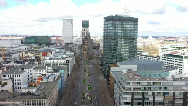 vidéos et rushes de deserted streets from the famous kaufhaus des westens at kuhdamm in berlin, where on normal days the streets are crowded to direction of the kaiser... - antenne individuelle