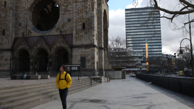 deserted streets in front of the famous kaiser wilhelm memorial church , where on normal days the streets are crowded march 21, 2020 in berlin,... - カイザー・ヴィルヘルム記念教会点の映像素材/bロール