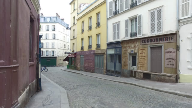 vidéos et rushes de deserted streets in montmartre in paris president macron announced on monday march 16 that the fight against coronavirus requires national... - absence
