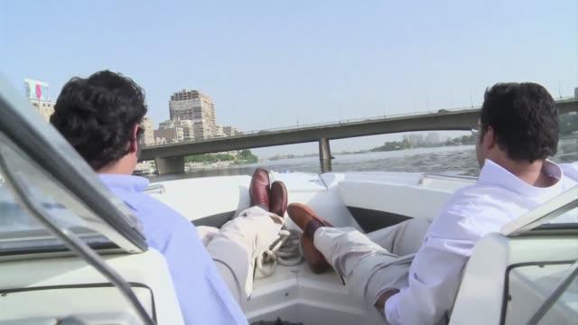 desesperados por escapar de las asfixiadas carreteras de el cairo cada vez mas habitantes de la capital egipcia utilizan el nilo para ir a diario al... - diario stock videos and b-roll footage