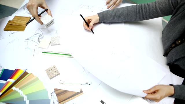 設計プロジェクトに取り組んでいます。 - 製図板点の映像素材/bロール