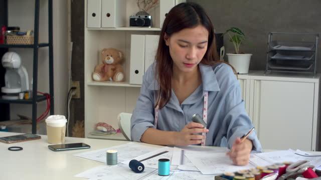 designer besluta färg för tråd - hot desking bildbanksvideor och videomaterial från bakom kulisserna