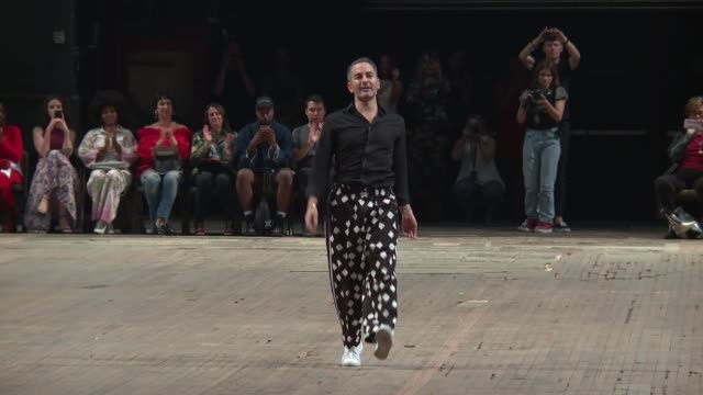 designer marc jacobs walks the runway at marc jacobs - new york fashion week - spring 2018 at park avenue armory on september 13, 2017 in new york... - デザイナー マーク・ジェイコブス点の映像素材/bロール