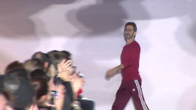 designer marc jacobs walks the runway during marc jacobs - fall 2014 mercedes-benz fashion week at nystate armony, 68 lex on february 13, 2014 in new... - デザイナー マーク・ジェイコブス点の映像素材/bロール