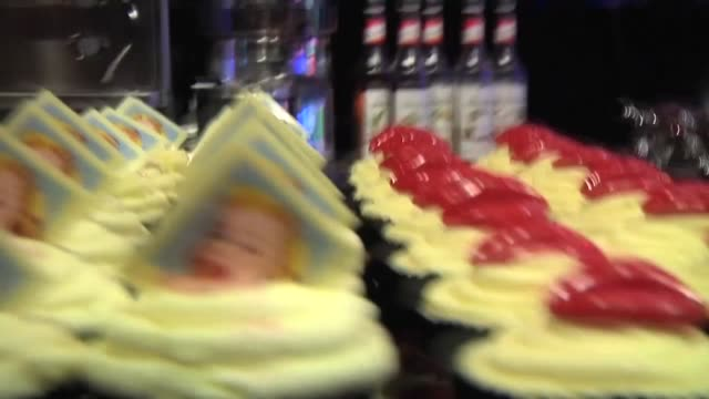 vídeos y material grabado en eventos de stock de designer patrick cox may be best known for his shoes but cookies and cakes are in his blood too together with master patissier eric lanlard he's made... - montaje documental