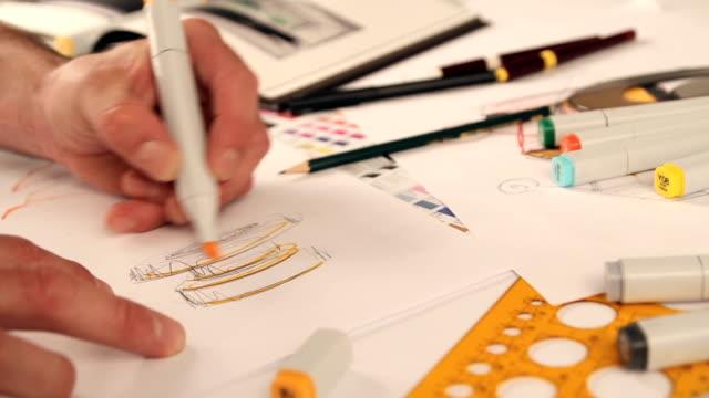vídeos de stock e filmes b-roll de designer desenhando e desenho - caneta de feltro