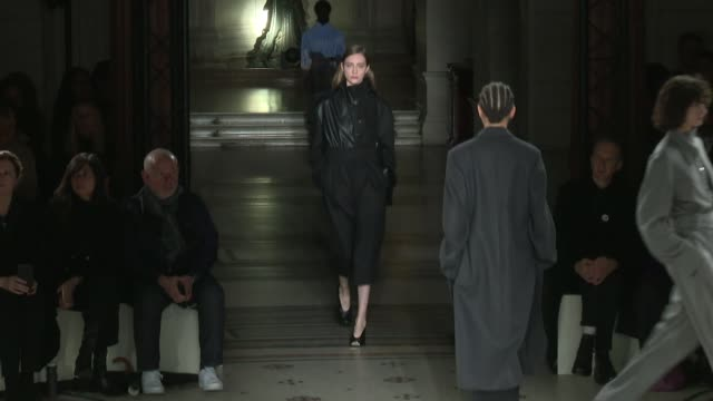 designer stella mccartney and models on the runway for the stella mccartney ready to wear fall winter 2017 fashion show in paris on march 06 2017 in... - stella mccartney marchio di design video stock e b–roll