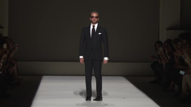 vídeos de stock, filmes e b-roll de designer tom ford at tom ford september 2018 new york fashion week at park avenue armory on september 5 2018 in new york city - tom ford