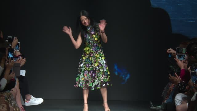 stockvideo's en b-roll-footage met designer vivienne tam at vivienne tam september 2016 new york fashion week at the arc skylight at moynihan station on september 12 2016 in new york... - moynihan station