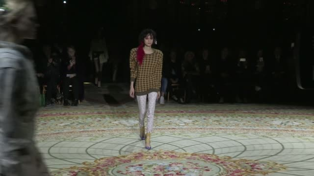 vidéos et rushes de designer vivienne westwood and models on the runway for the vivienne westwood ready to wear fall winter 2017 fashion show in paris on march 04 2017... - westwood