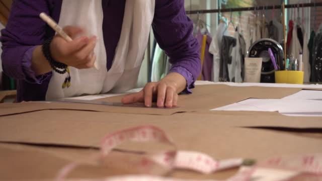 designer working in her studio - パタンナー点の映像素材/bロール